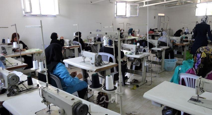 غزة: نساءٌ يعملن في النجارة والخياطة لجلب قوت أطفالهن - فيديو