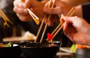 4 عادات تطيل العمر أثناء تناول الطعام