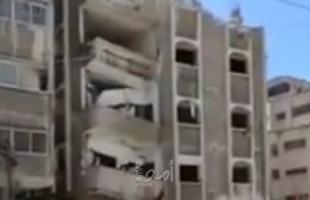 """شاهد.. لحظة انهيار """"عمارة الداعور"""" خلال عملية ازالتها في غزة"""