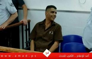 مواجهة كلامية بين الأسير زكريا الزبيدي وأحد الحراس الإسرائيليين - فيديو