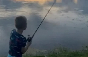 تمساح عملاق يفاجئ طفل أثناء الصيد - فيديو