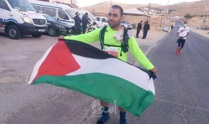 """العداء الفلسطيني """"سامي نتيل"""" يفوز بالمركز الثاني في سباق """"الأتراماراثون الرم الدولي"""""""