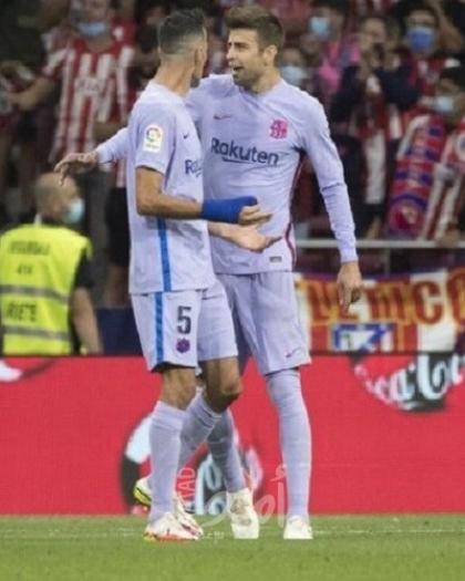 مشادة بين بيكيه وبوسكيتس في مباراة برشلونة وأتلتيكو مدريد - فيديو
